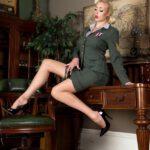 Vintage porn met een blonde in uniform