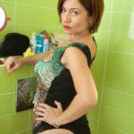 Meesteres Ella Kross op het Toilet