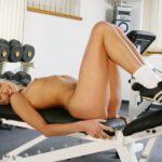 Blonde bezig met gewichtheffen