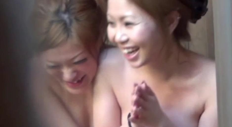 Twee Japanse meiden in een badhuis