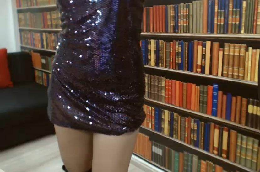 Anne bijna naakt voor de boekenwand