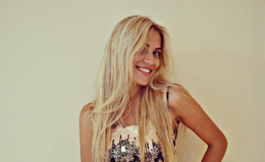 Vrolijke blonde meid