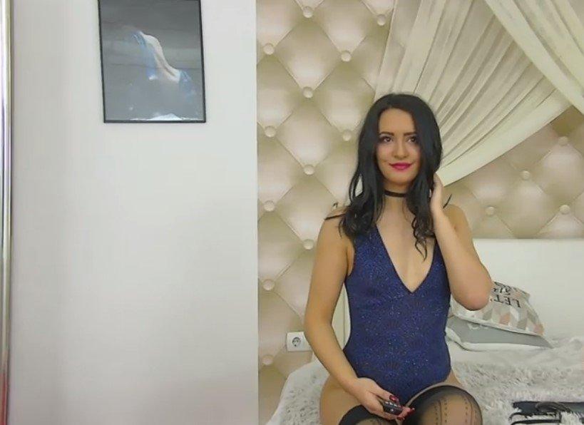 Vicky ligt in haar blauwe jurkje op u te wachten