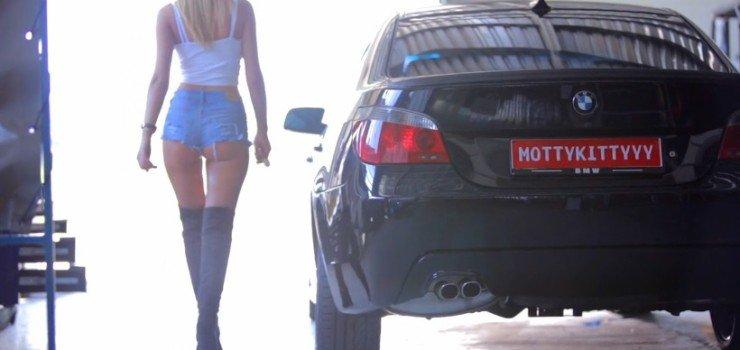 Blonde Mottykittyyy met haar BMW