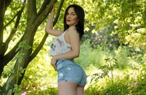 Ceila, sexy brunette in het Bos
