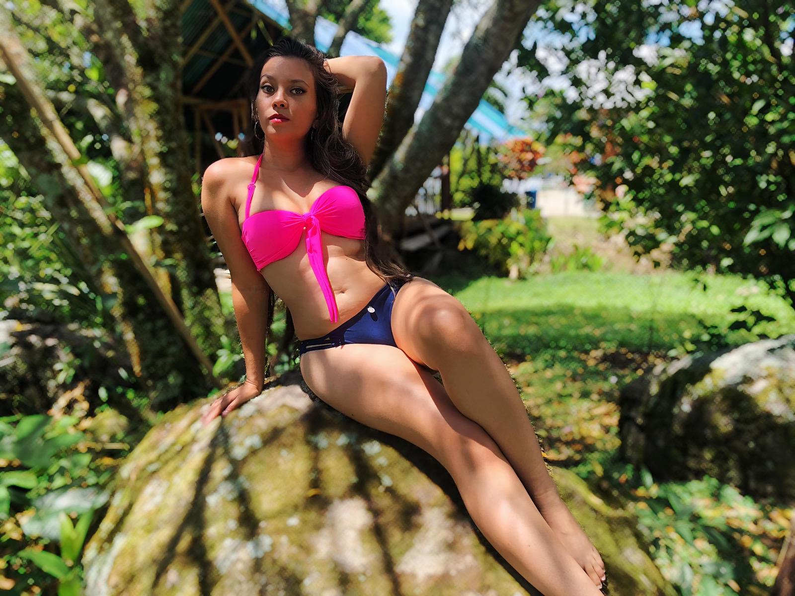 Paula in haar roze slipje op Topless Maandag