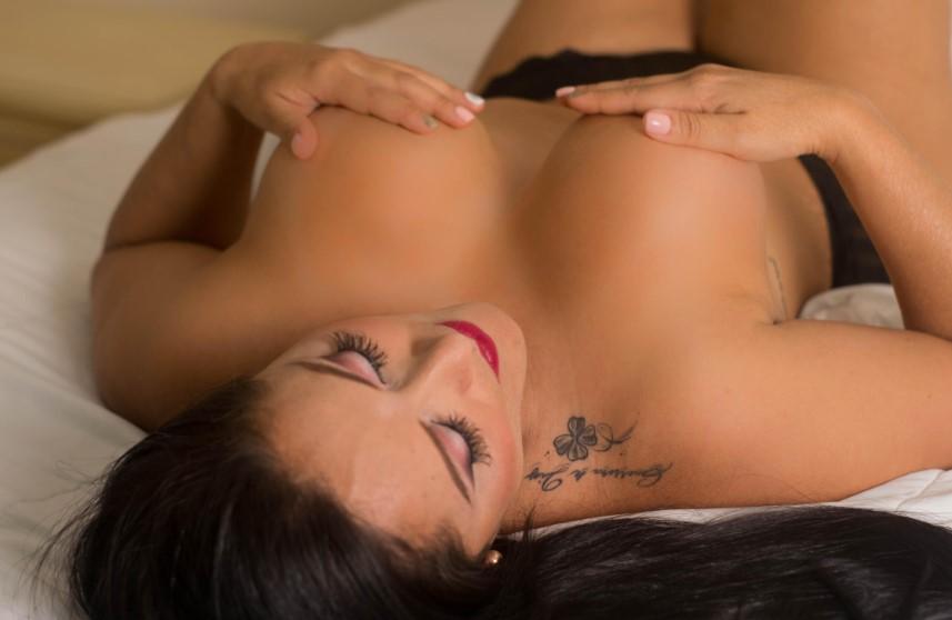 De curvy Samantha Topless op Xlovecam