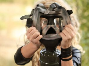 Live blonde Meesteres Jessie en haar gasmasker