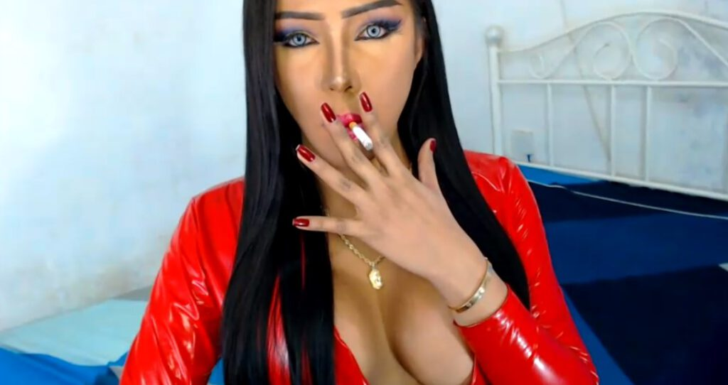 Een knappe ladyboy Glamorouslady in rood latex