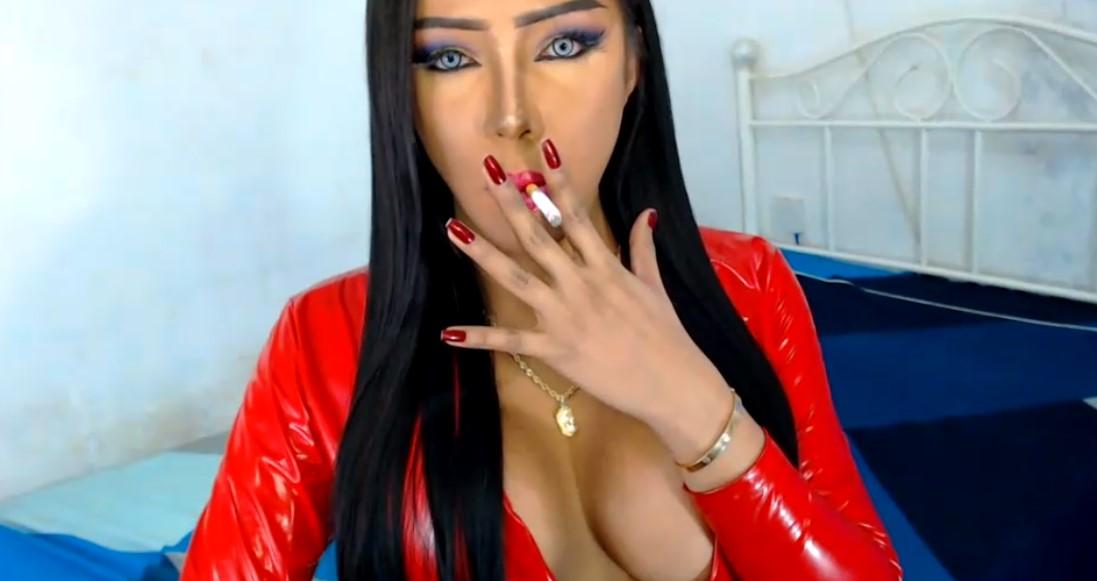 Mooi opgemaakte ladyboy in rood latex