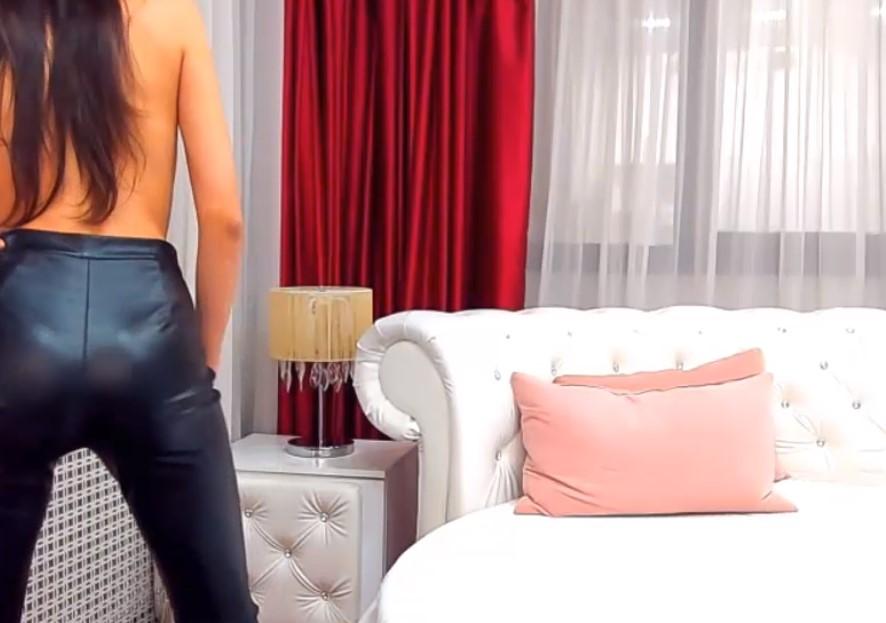 Een brunette in latex en Topless