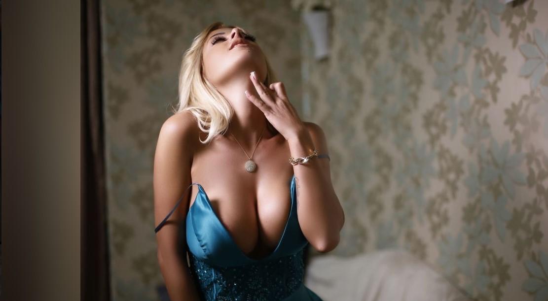 Rondborstige Blonde Milf Sarah